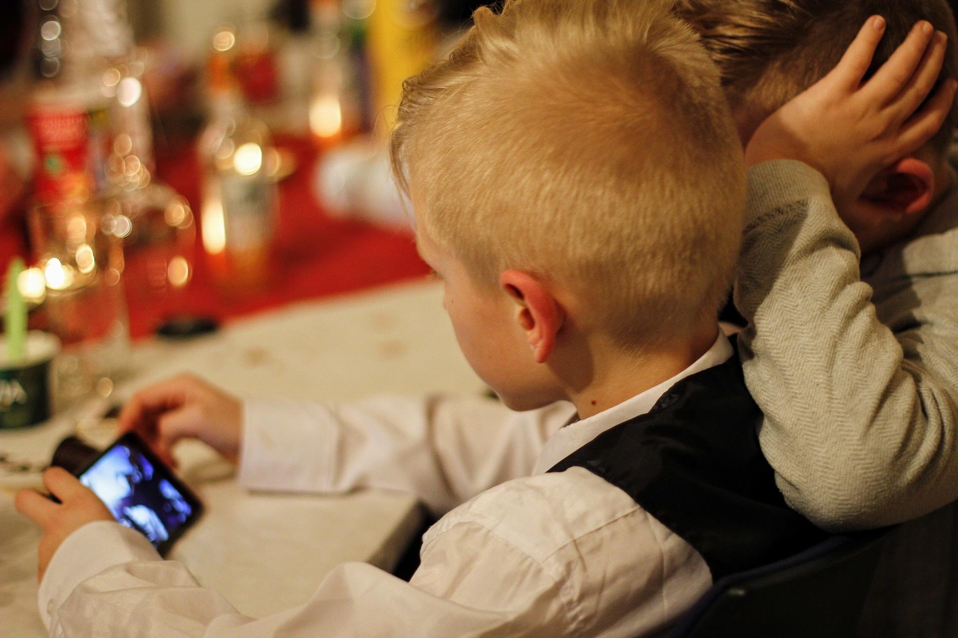 6 Redenen waarom kinderen onder 12 jaar geen mobiel moeten hebben