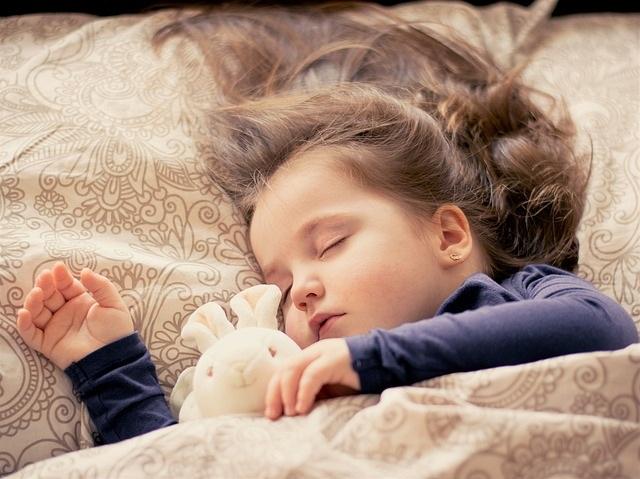 Tips om je kind door te laten slapen 1