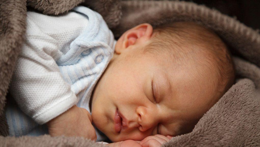 Tips om je kind door te laten slapen