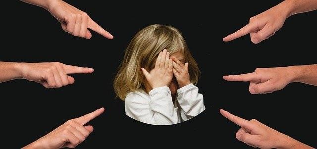 8 Redenen waarom een kind een pester wordt die elke ouder moet kennen groepsdruk