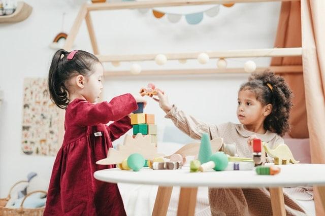 Speelgoed om de fijne motoriek van je kind te ondersteunen kleuter