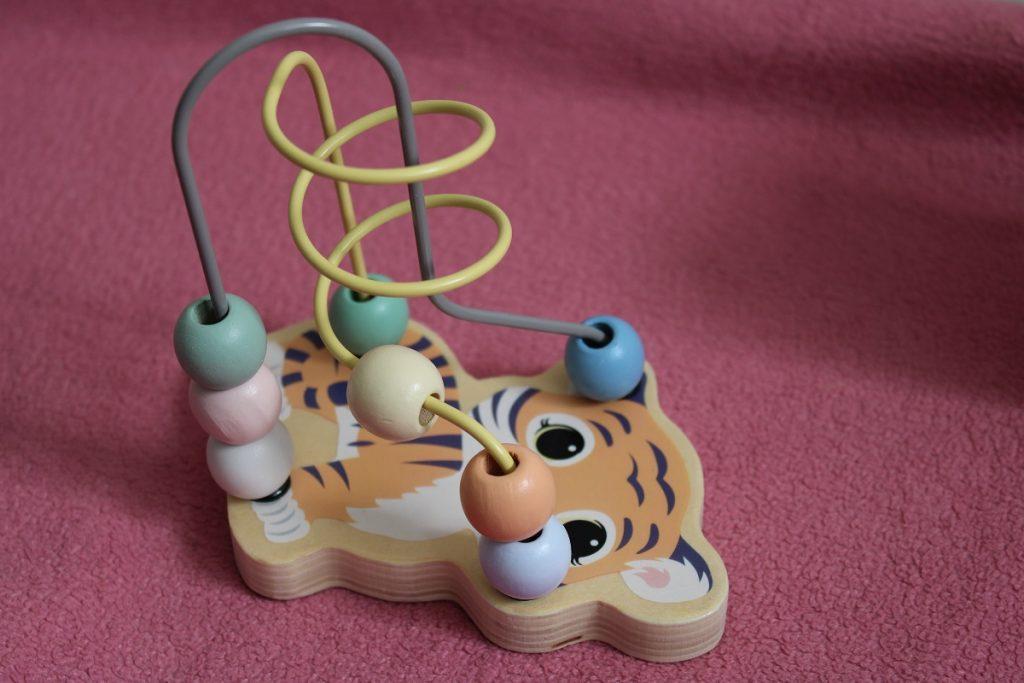Speelgoed om de fijne motoriek van je kind te ondersteunen kralenbaan
