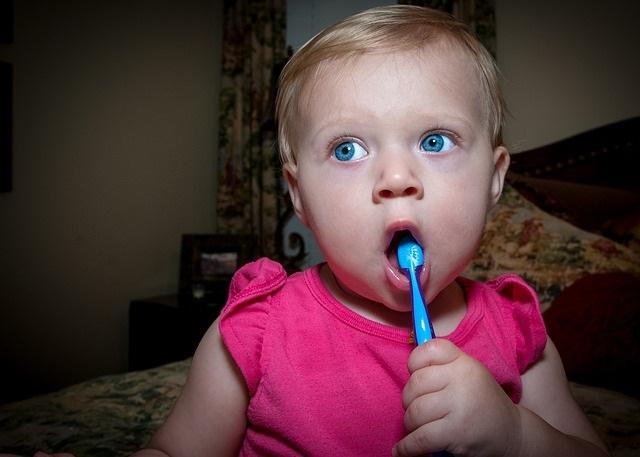 Waarom tanden poetsen van kinderen en tips om het leuk te maken zelf poetsen
