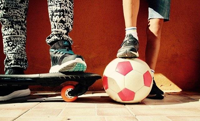 Bewegen en sporten voor kinderen op een leuke manier buiten sporten