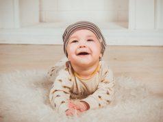 Wanneer gaat een baby kruipen en hoe leer je een baby kruipen