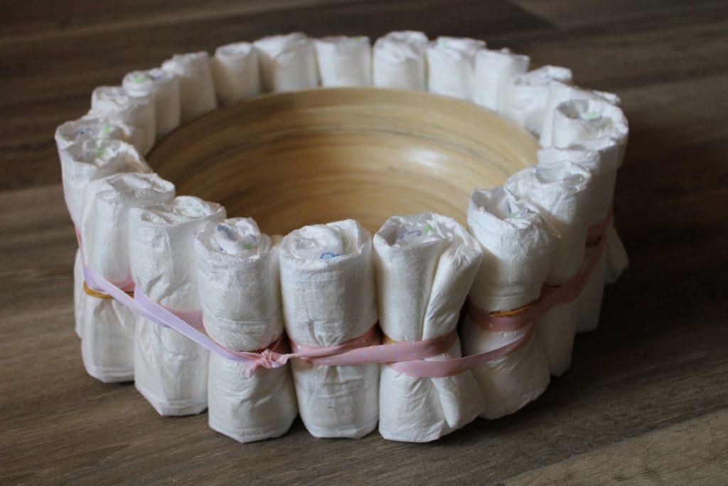 Turtorial DIY luiertaart zelf maken luiers met lint
