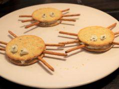 In de keuken met kinderen spinnetjes maken