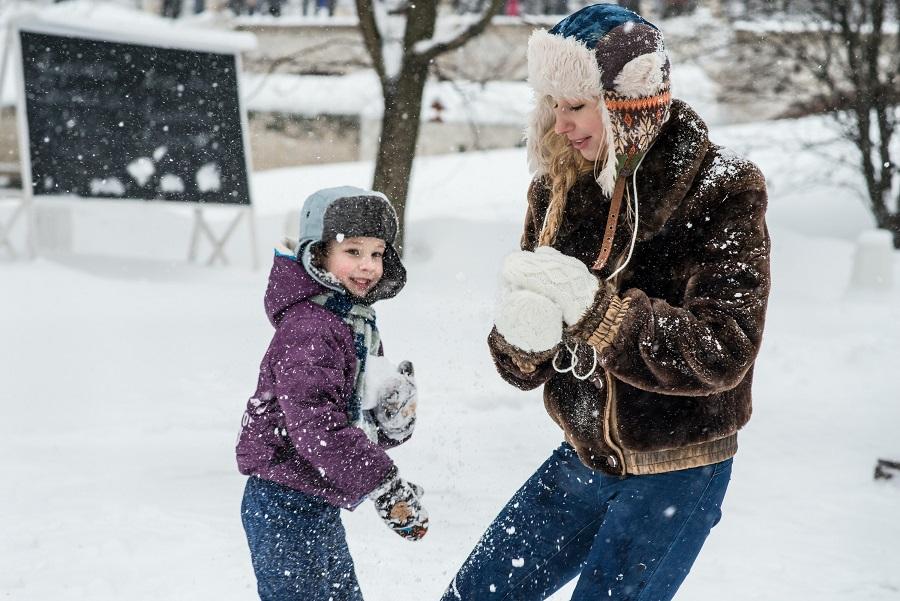 Buiten spelen in de kou Let dan vooral hierop sneeuwbal maken