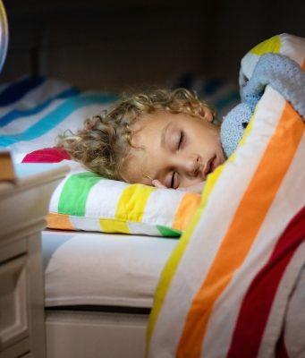 5 Tips om je kind in zijn eigen kamer te laten slapen rooming out